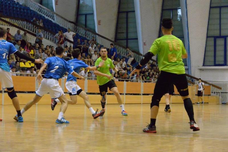 Ştiinţa Municipal Bacău a făcut miercuri un prim pas spre titlul naţional de campioană la handbal, categoria de vârstă Juniori 2