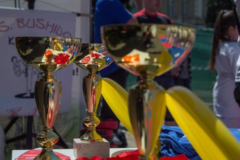 Cu prilejul festivalului Bucurie prin Miscare, Piaţa Tricolorului din Bacău a devenit pentru câteva ore Piaţa Artelor Marţiale