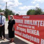 """Locuitorii din Gura Văii protestează împotriva """"drumului umilinței"""""""