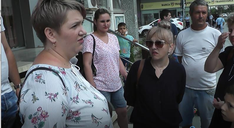 Protest în fața Primăriei Bacău! Edilul Necula spune că totul e în grafic!
